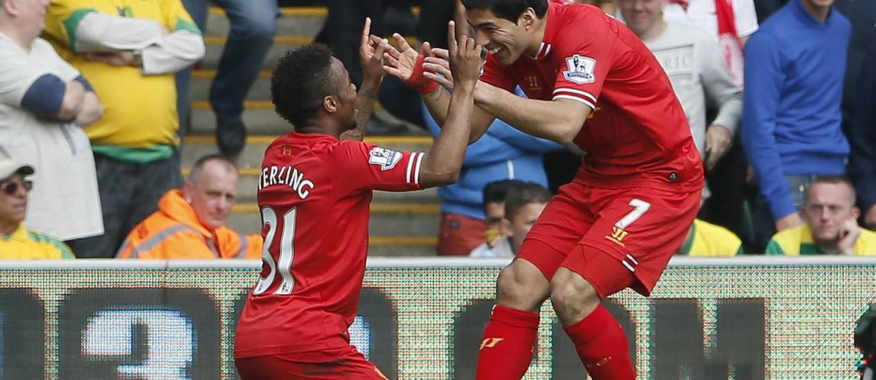 Sterling e Suárez, os artilheiros do dia na vitória do Liverpool sobre o Norwich por 3 a 2 Foto: Stefan Wermuth / Reuters