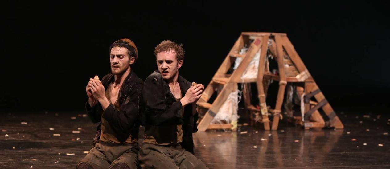 """""""Dos à Deux — 2º ato"""". Os diretores André Curti e Artur Ribeiro recriam a sua primeira peça, inspirada em """"Esperando Godot"""", de Beckett Foto: Divulgação"""