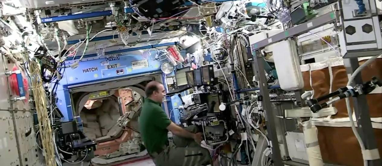 O astronauta Richard Mastracchio sorri após atracação da SpaceX Dragon. O frame foi capturado quando a ISS passava sobre o Brasil Foto: AP