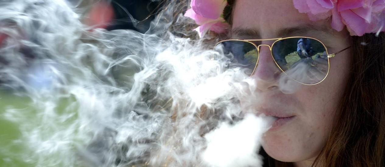 """Uma mulher fuma maconha durante as comemorações pelo """"Dia da Maconha"""", em Denver, no Colorado Foto: MARK LEFFINGWELL / REUTERS"""