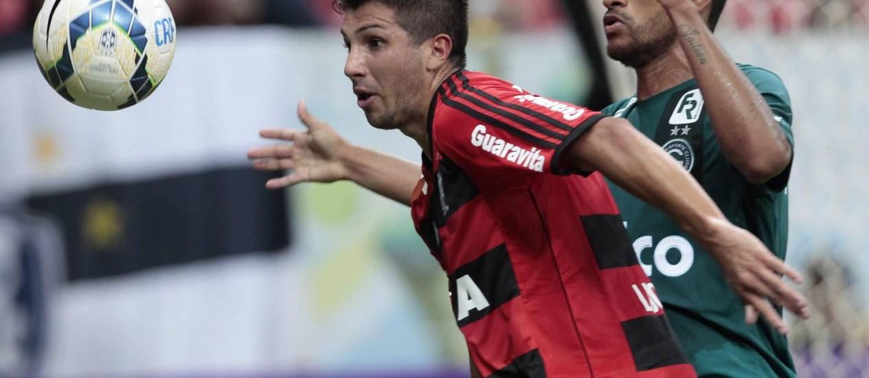 Lucas Mugni tenta armar uma jogada para o Flamengo contra o Palmeiras Foto: Jorge William / O Globo