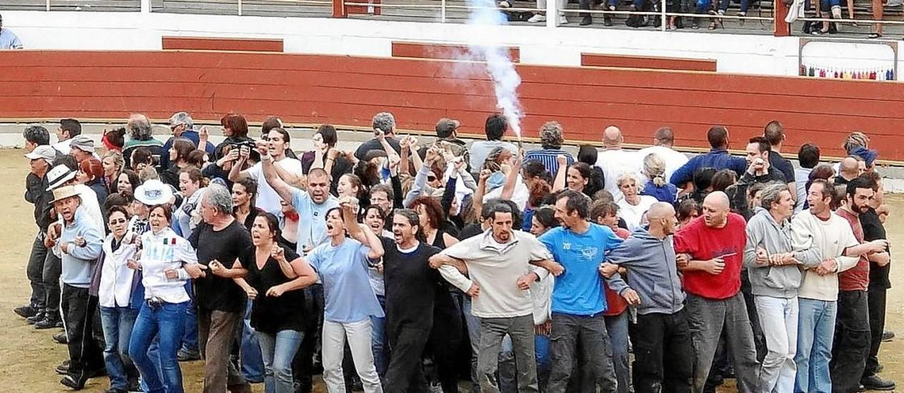 Partidários da extinção das touradas protestam antes do início de uma corrida de touros no Sul da França Foto: Divulgação