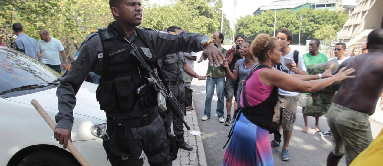 Confusão entre os sem-teto e um PM Foto: Bruno Gonzalez