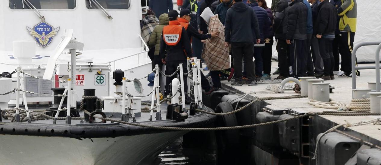 Familiares dos passageiros desaparecidos a bordo de um navio da guarda costeira se dirigem ao local do acidente Foto: ISSEI KATO / REUTERS