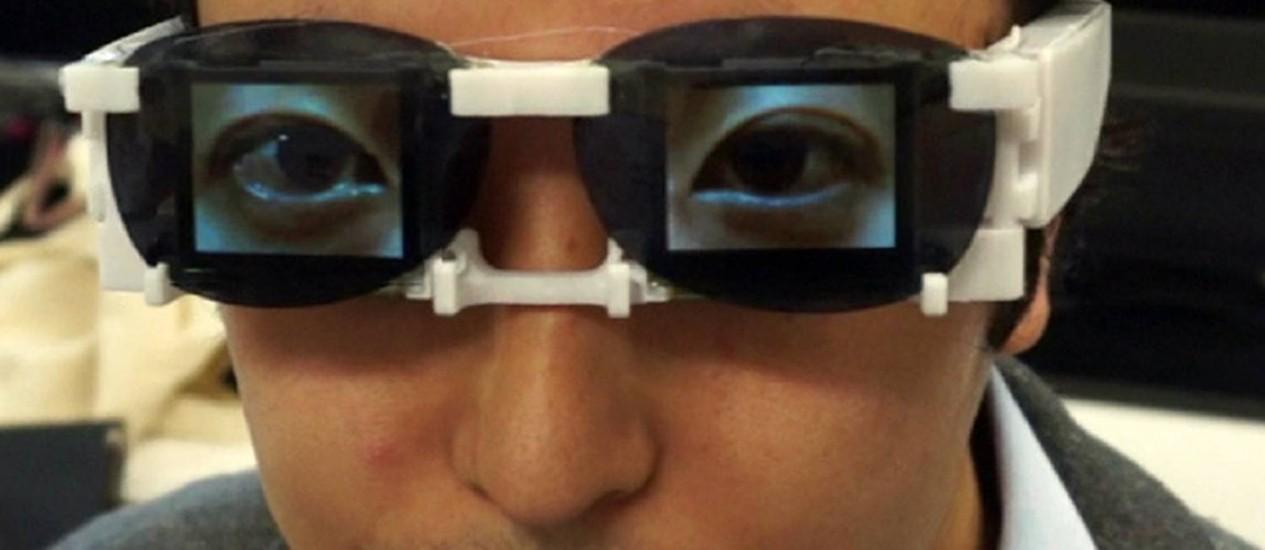 Telas de OLED, uma avançada tecnologia, foi usada para criar os óculos com olhos falsos Foto: HIROTAKA OSAWA / AFP