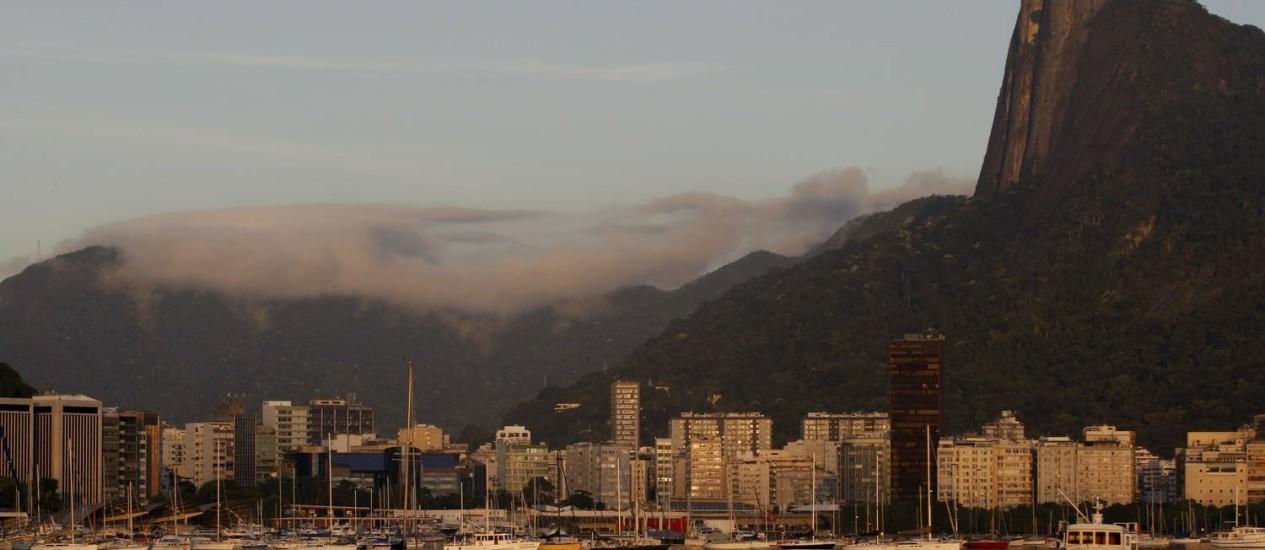 Nuvens baixas na paisagem do Rio no amanhecer desta segunda-feira Foto: Gustavo Stephan / O Globo