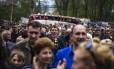 Separatistas fazem ato pró-Rússia em frente ao prédio do serviço secreto na cidade ucraniana de Lugansk