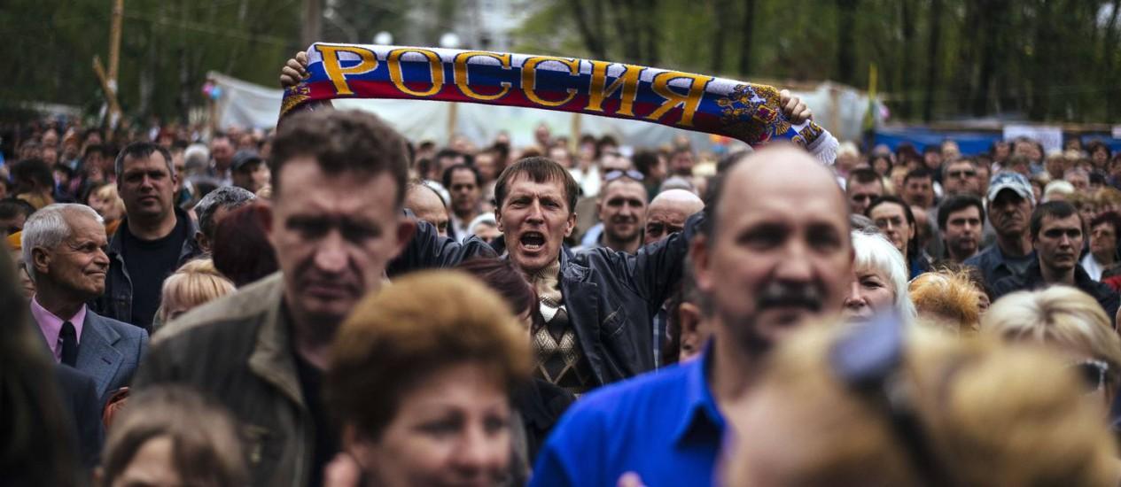 Separatistas fazem ato pró-Rússia em frente ao prédio do serviço secreto na cidade ucraniana de Lugansk Foto: DIMITAR DILKOFF / AFP