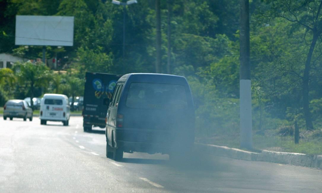 "23.09.2003 - Paulo Barreto - JB NI - Van de ""lotada"" emitindo excesso de gases no escapamento , na Avenida Francisco da Cruz, região oceânica , Niterói. Foto: Paulo Barreto"