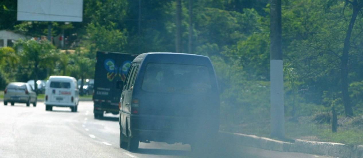 Van de 'lotada' emitindo excesso de gases no escapamento. Só em 1989 começou-se a retirar da gasolina vendida no Brasil o composto chumbo tetraetila, pernicioso à saúde Foto: Paulo Barreto / Agência O Globo