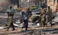 Homens carregam destroços em Bentiu, no Sudão do Sul