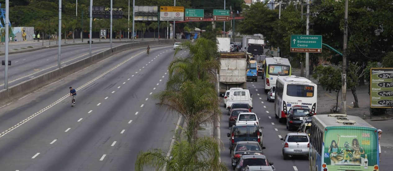 Avenida Brasil interditada: retenção na altura de Ramos Foto: Simone Marinho / Agência O Globo