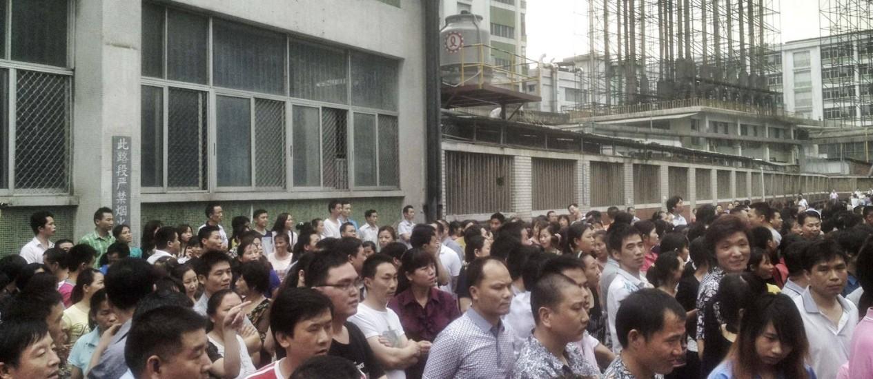 Trabalhadores de braços cruzados na fábrica da Yue Yuen, em Dongguan, na China Foto: STRINGER/CHINA / STRINGER/CHINA/REUTERS