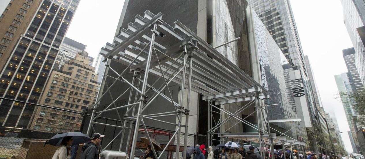 Começo do fim. Andaimes foram colocados na semana passada no entorno do AFAM; fachada será removida e preservada Foto: Ozier Muhammad/The New York Times