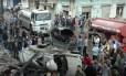 Serviços de emergência trabalham em local de explosão de um carro bomba no bairro de Ekremah. na cidade de Homs