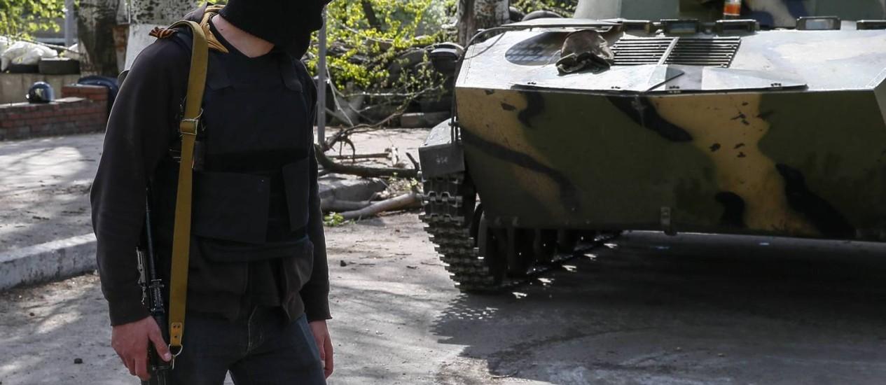 Miliciano pró-Rússia passa perto de tanque em Slaviansk) Foto: GLEB GARANICH / REUTERS