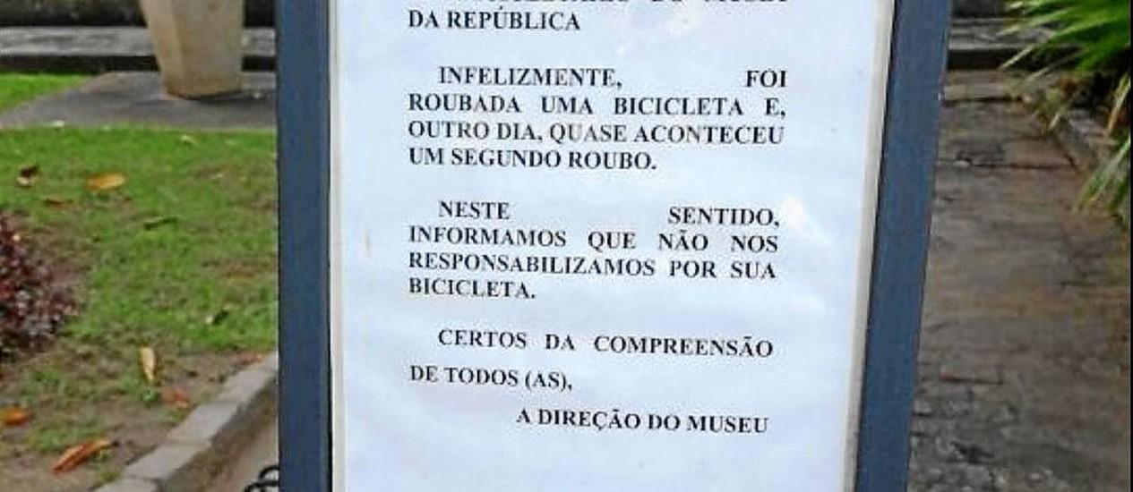 Placa alerta o ciclista para o risco de ter a bicicleta roubada no Museu da República Foto: Foto de leitor