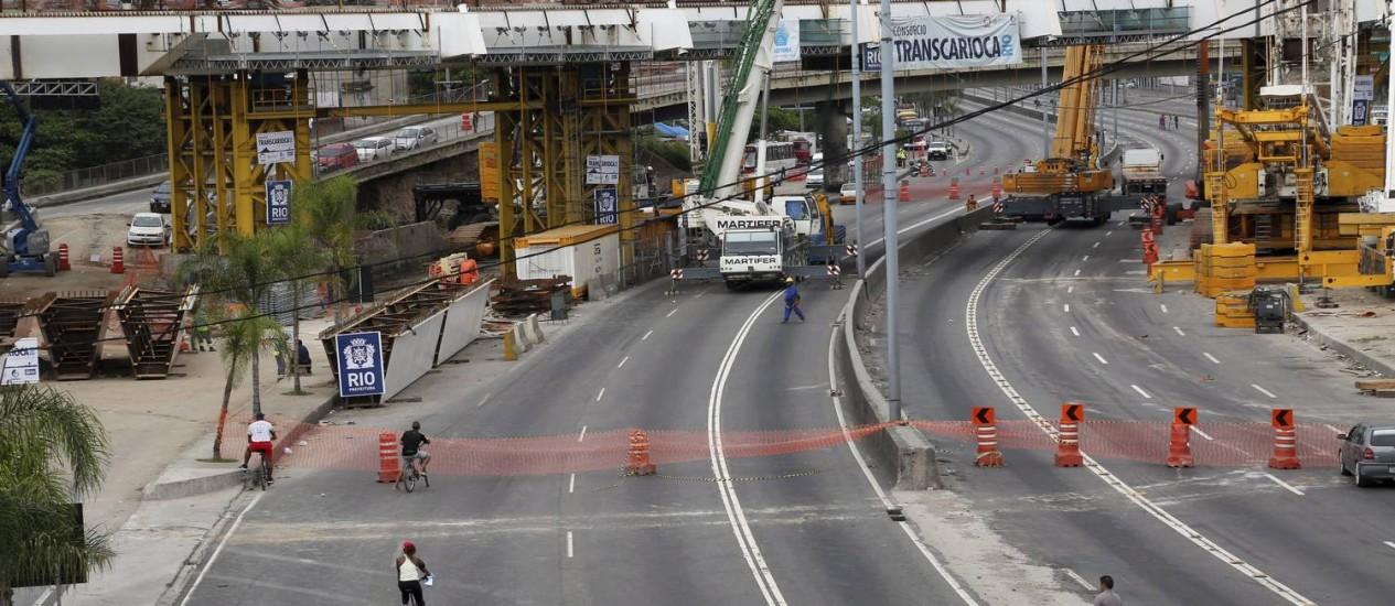 Região interditada na Avenida Brasil devido às obras da Transcarioca Foto: Custódio Coimbra / Agência O Globo
