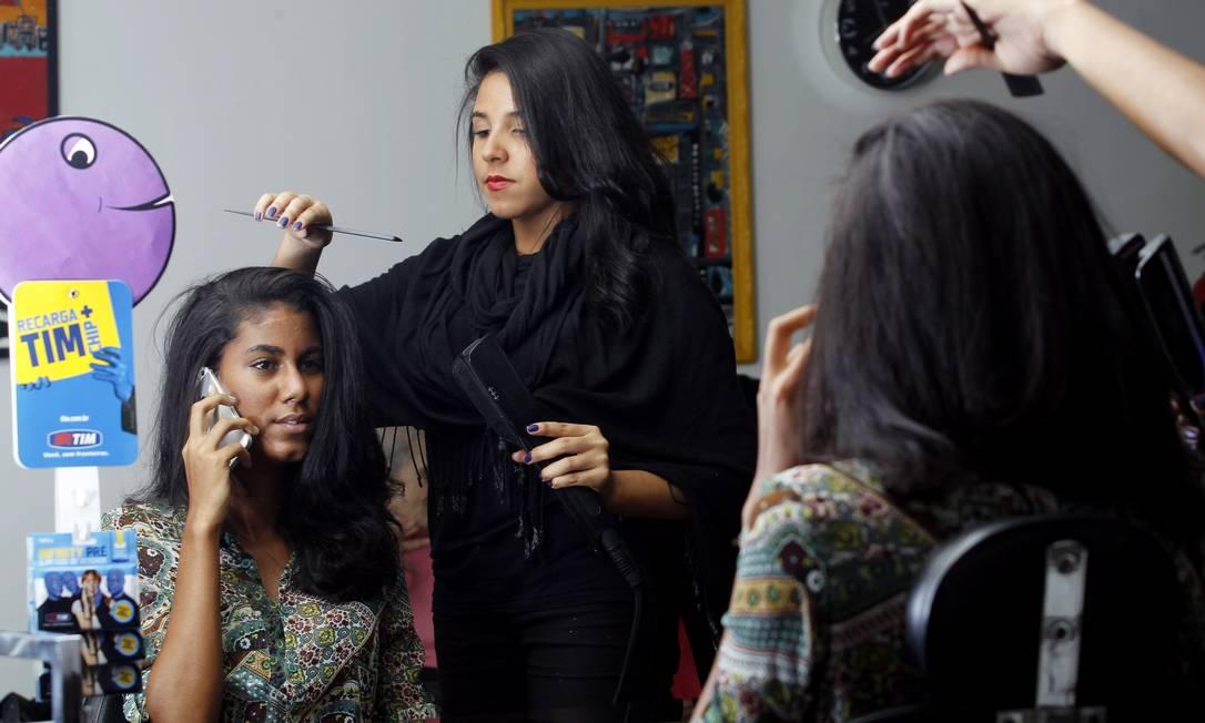 Mariana Miranda faz o cabelo da estudante Luciana Terra, num salão em Copacabana: 'Ter isso no salão acaba sendo tipo um combo. Faz tudo lá' Foto: Gustavo Miranda / O GLOBO