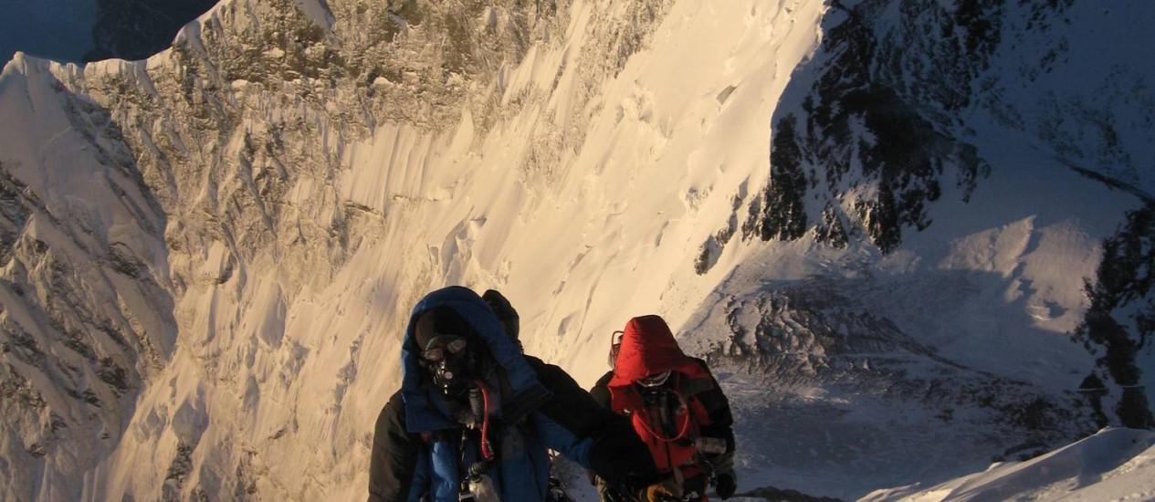 Centenas de montanhistas, nem todos com com condições técnicas e físicas adequadas, tentam alcançar o topo do Everest anualmente Foto: TSHERING SHERPA/AFP/Arquivo
