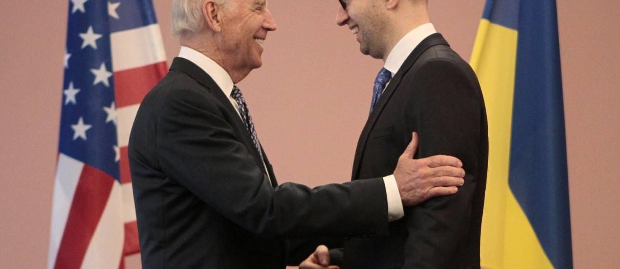 Joe Biden e o primeiro-ministro ucraniano, Arseniy Yatsenyuk, durante encontro em Kiev Foto: Sergei Chuzavkov / AP