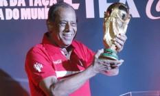 Capitão do tri em 1970, Carlos Alberto Torres apresenta a taça do mundo no Rio Foto: Ivo Gonzalez / Agência O Globo