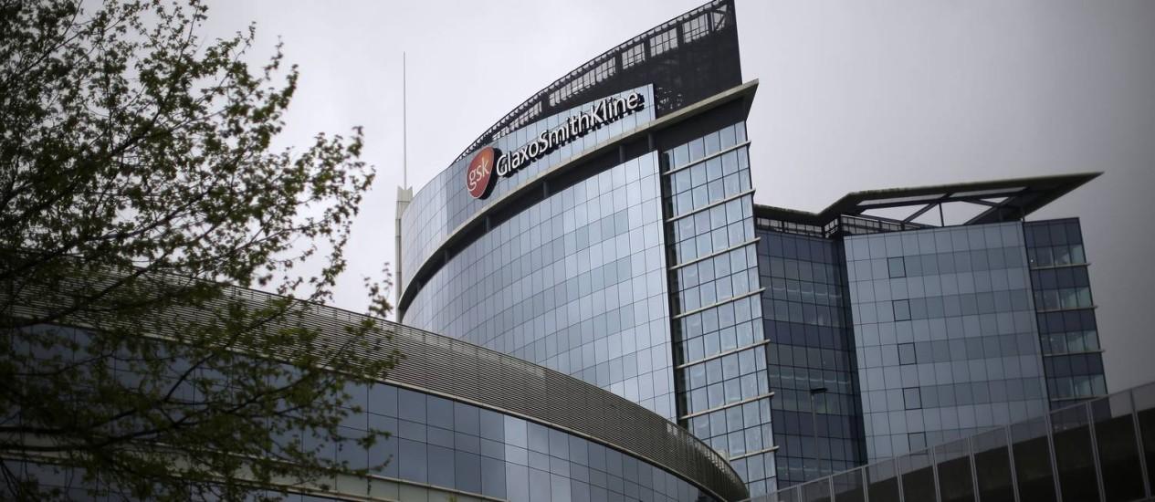 A sede da GlaxoSmithKline em Londres: venda da divisão de vacinas é a maior operação desse tipo desde 2008 Foto: Matthew Lloyd/Bloomberg