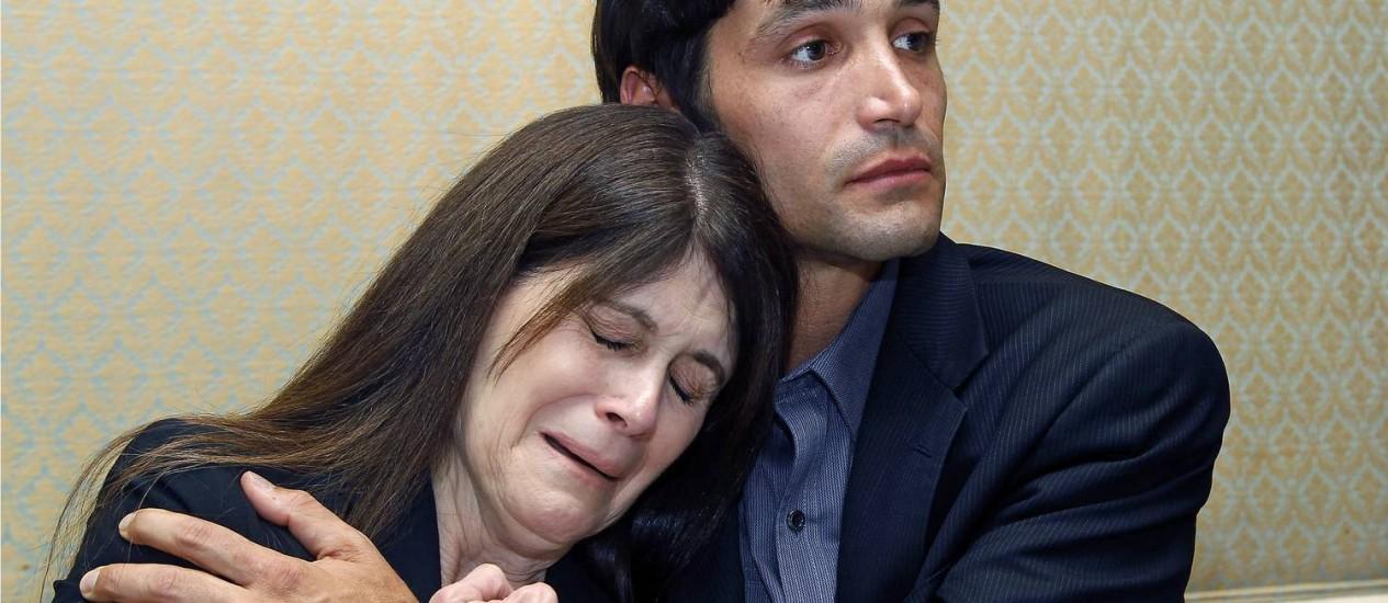 Michael Egan e a mãe, Bonnie Mound, durante uma coletiva de imprensa Foto: AP