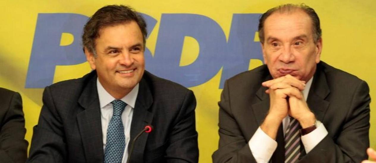 Aécio Neves ao lado do também senador tucano Aloysio Nunes Foto: Jorge Willian / O Globo