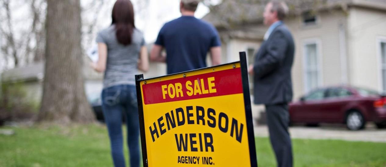 Corretor mostra imóvel usado à venda em Mackinaw, Illinois: Vendas recuaram 0,2% em março, segundo a Associação Nacional dos Corretores de Imóveis Foto: Daniel Acker/Bloomberg