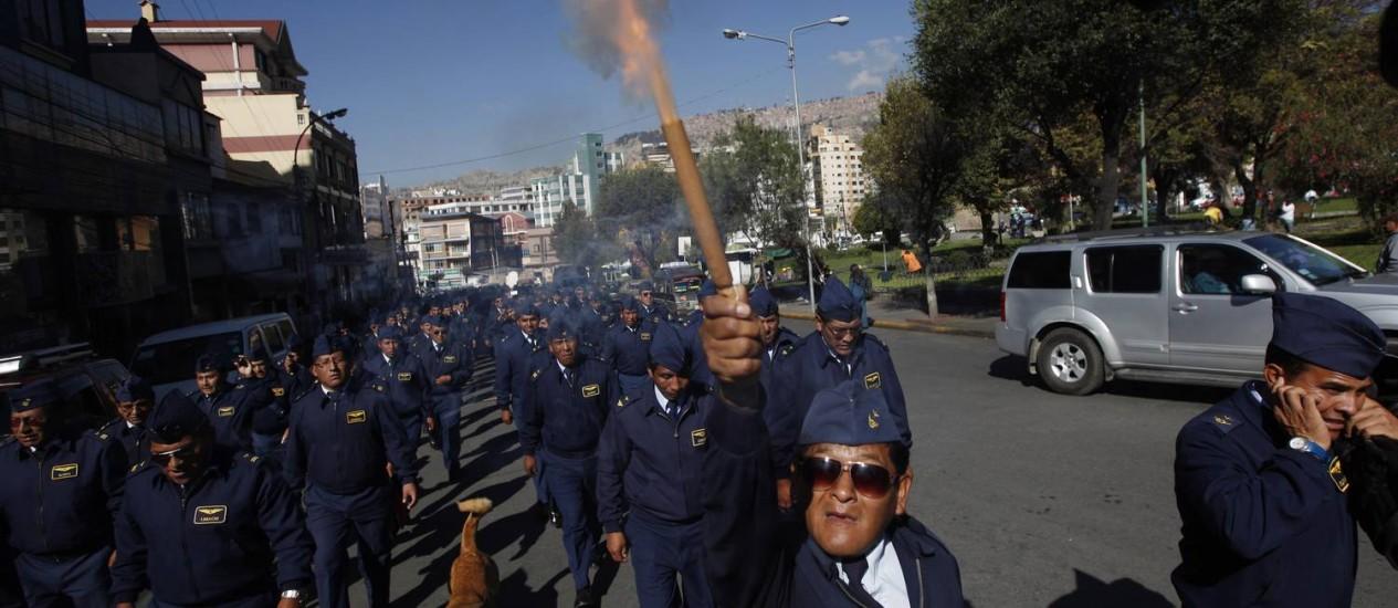 Membros da Força Aérea em manifestação na cidade de La Paz: soldados e sargentos reclamam da falta de progressão para suboficiais das forças armadas bolivianas Foto: Juan Karita / AP