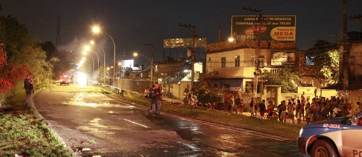 Protesto interdita a Linha Vermelha na altura de São João de Meriti Foto: Domingos Peixoto / Agência O Globo