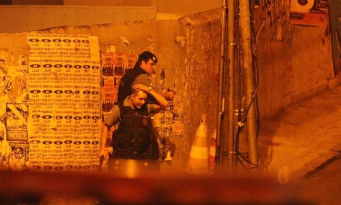 Policiais militares ficam em acesso ao Pavão-pavãozinho: corpo de bailarino foi encontrado em escola da favela Agência O Globo / Pedro Paulo Figueiredo
