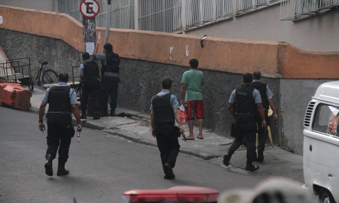 Policiais se movimentam no Pavão-Pavãozinho, na tarde desta terça-feira Foto: Agência O Globo / Pedro Paulo Figueiredo