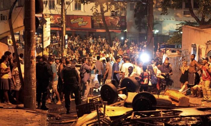 Confusão em rua que dá acesso ao Pavão-Pavãozinho, na noite desta terça-feira Marcelo Piu / Agência O Globo