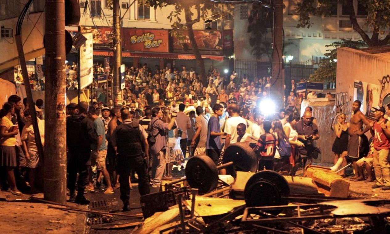 Confusão em rua que dá acesso ao Pavão-Pavãozinho, na noite desta terça-feira Foto: Marcelo Piu / Agência O Globo