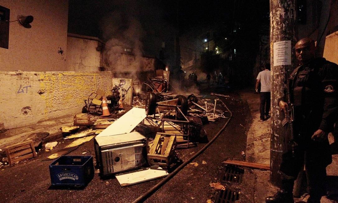 Objetos ficam jogados no meio da rua Foto: Marcelo Piu / Agência O Globo