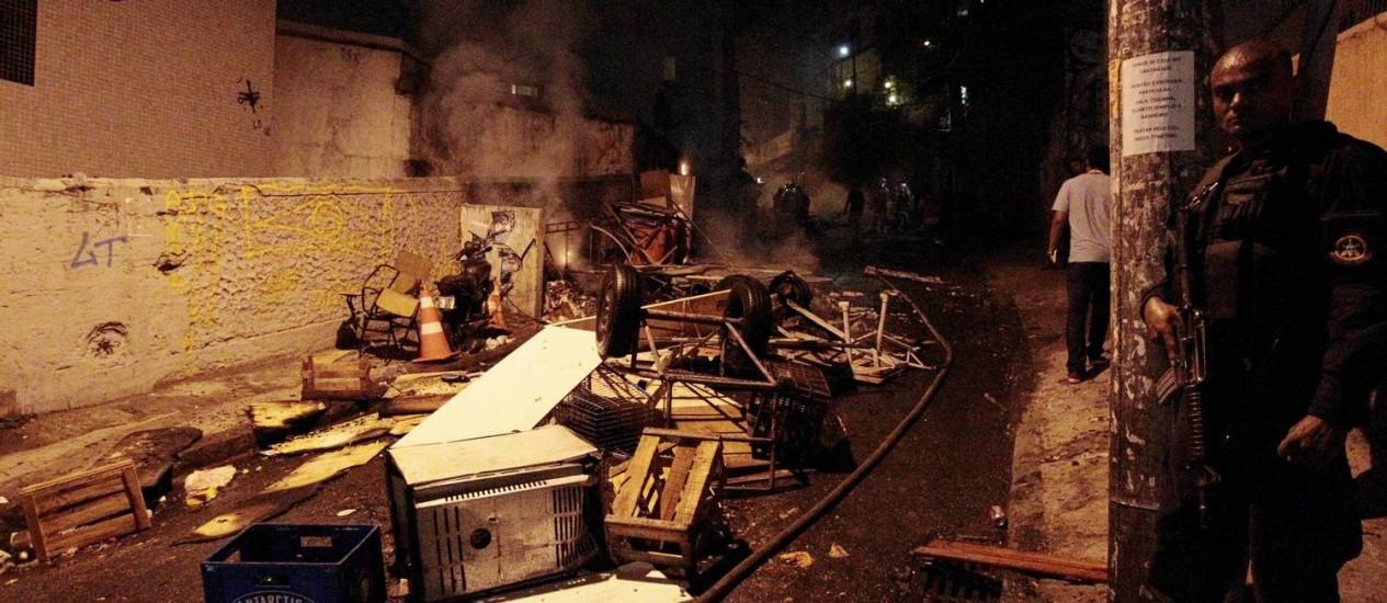 Objetos ficaram jogados no meio da rua em meio a tumulto no Pavão-Pavãozinho Foto: Marcelo Piu / Agência O Globo