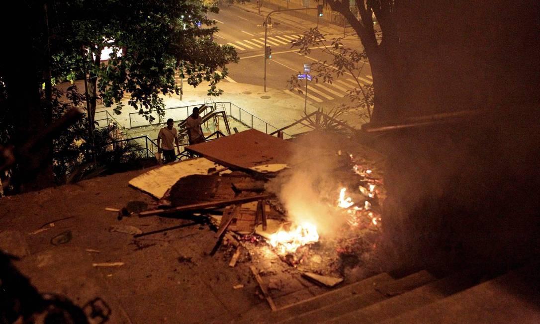 Objetos são incendiados em acesso à favela: ruas de Copacabana ficam interditadas devido ao protesto Foto: Marcelo Piu / Agência O Globo