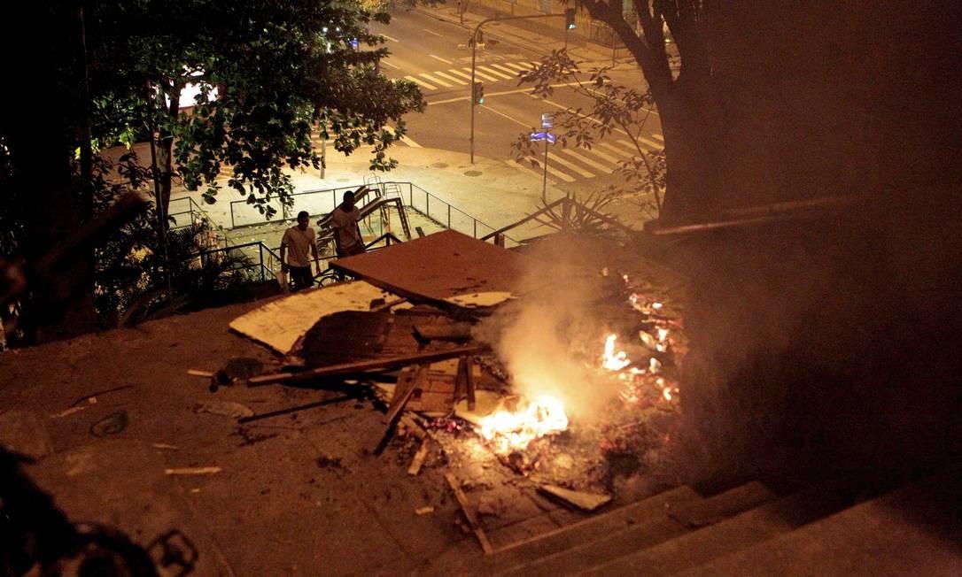 Objetos são incendiados em acesso à favela: ruas de Copacabana ficam interditadas devido ao protesto Marcelo Piu / Agência O Globo