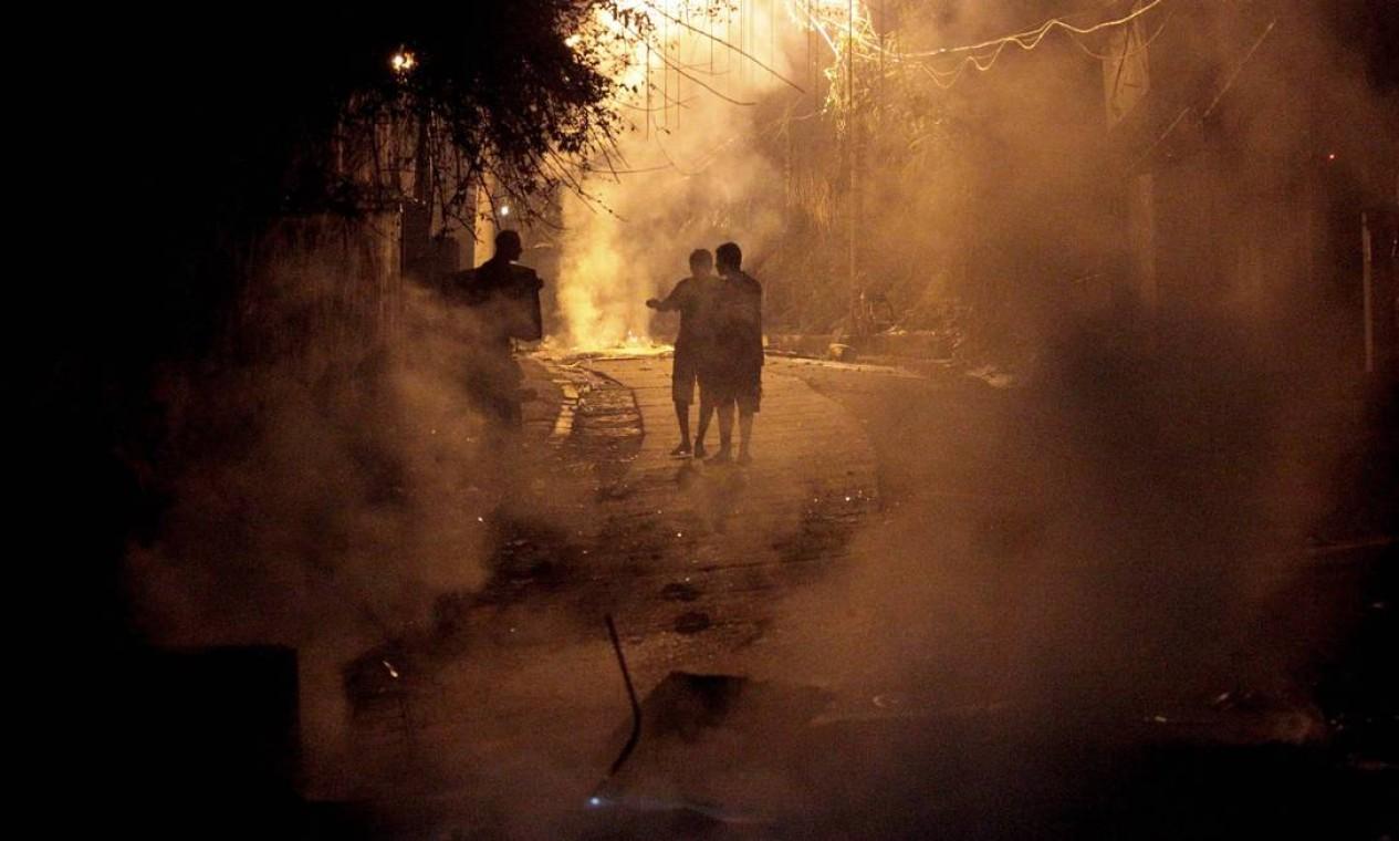 Rua cheia de fumaça, na noite desta terça-feira Foto: Marcelo Piu / Agência O Globo