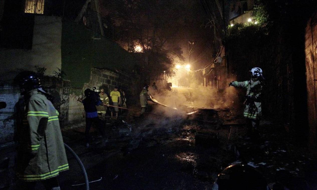 Bombeiros apagam focos de incêndio na favela da Zona Sul carioca Foto: Marcelo Piu / Agência O Globo