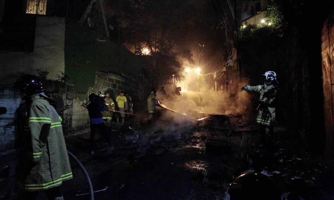 Bombeiros apagam focos de incêndio na favela da Zona Sul carioca Marcelo Piu / Agência O Globo