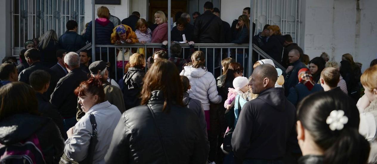 Multidão espera em frente à repartição do governo da Crimeia responsável por passaportes Foto: James Hill/The New York Times-14-4-2014