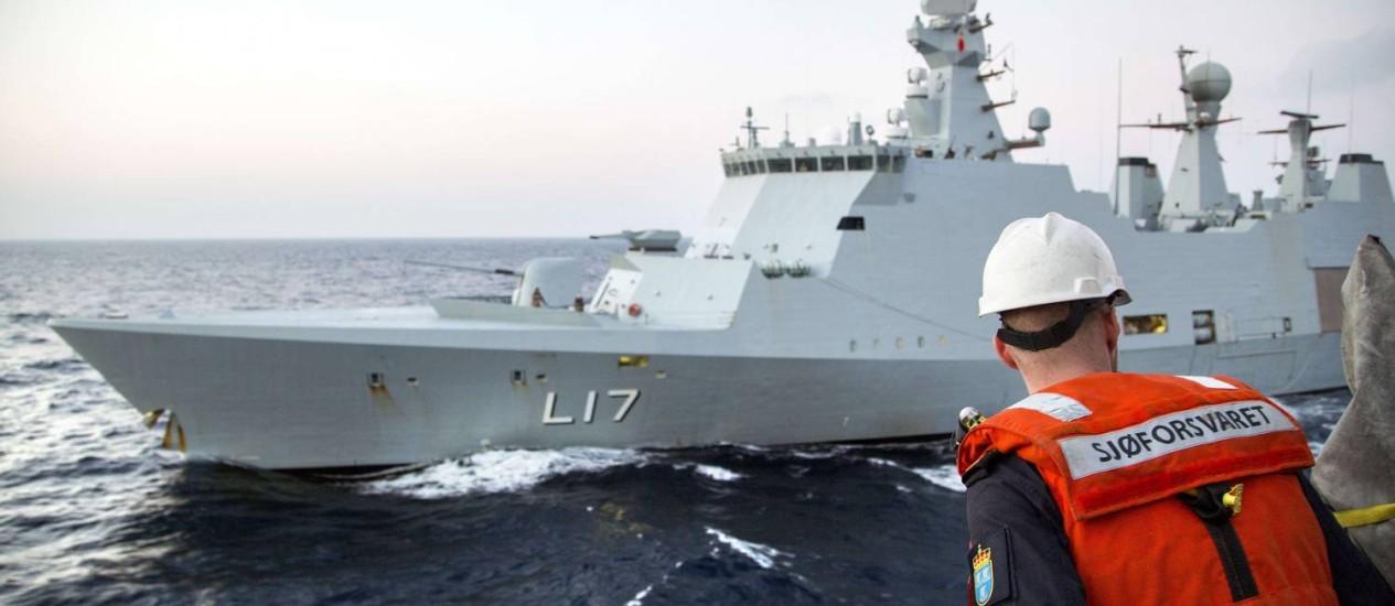 Membro da Marinha da Noruega em preparação para escolta de carregamento de agentes químicos da Síria Foto: LARS MAGNE HOVTUN / AFP