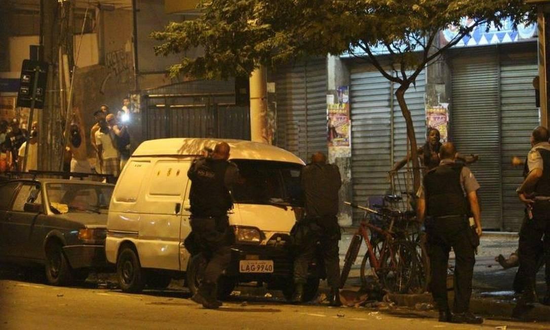 Policiais apontam armas para manifestantes Foto: Pedro Paulo Figueiredo / Extra