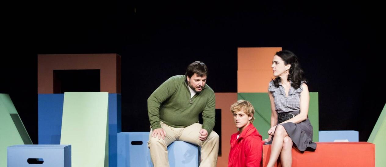 Thelmo Fernandes, Rafael Canedo (centro) e Silvia Buarque em uma cena da peça Foto: Monica Imbuzeiro / Agência O Globo