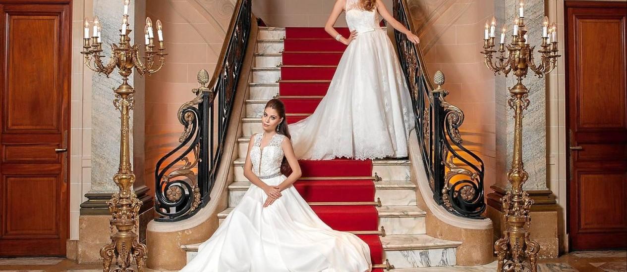 Glamour. No alto, Gisele usa vestido, R$ 5.790 (aluguel), da La Boda (2491-0752); brincos, R$ 9.060, da Carla Buaiz (carlabuaiz.com); bracelete, R$ 720, da Fiszpan (2274-7834); e acessório de cabeça, R$ 100 (aluguel), da Internovias (2529-6402). Marina usa vestido, R$ 9.400, da Sobreira (99968-7510); cinto, R$ 800, da Carmen Nazar (2612-1074); anel, R$ 1.500, da Nelusha Araújo (3154-2685); e, brinco, R$ 290, da Joyá (2117-1132) Foto: Bárbara Lopes / FOTOS DE Bárbara Lopes