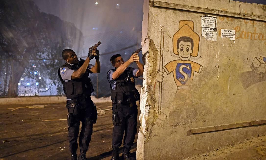 Devido ao protesto, vias de Copacabana foram fechadas Foto: CHRISTOPHE SIMON / AFP
