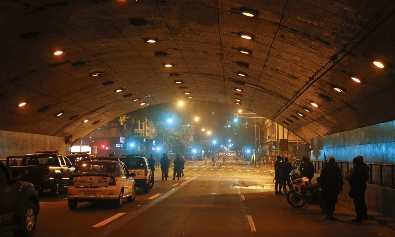As principais ruas de Copacabana ficaram fechadas durante o protesto Foto: Guito Moreto / Agência O Globo